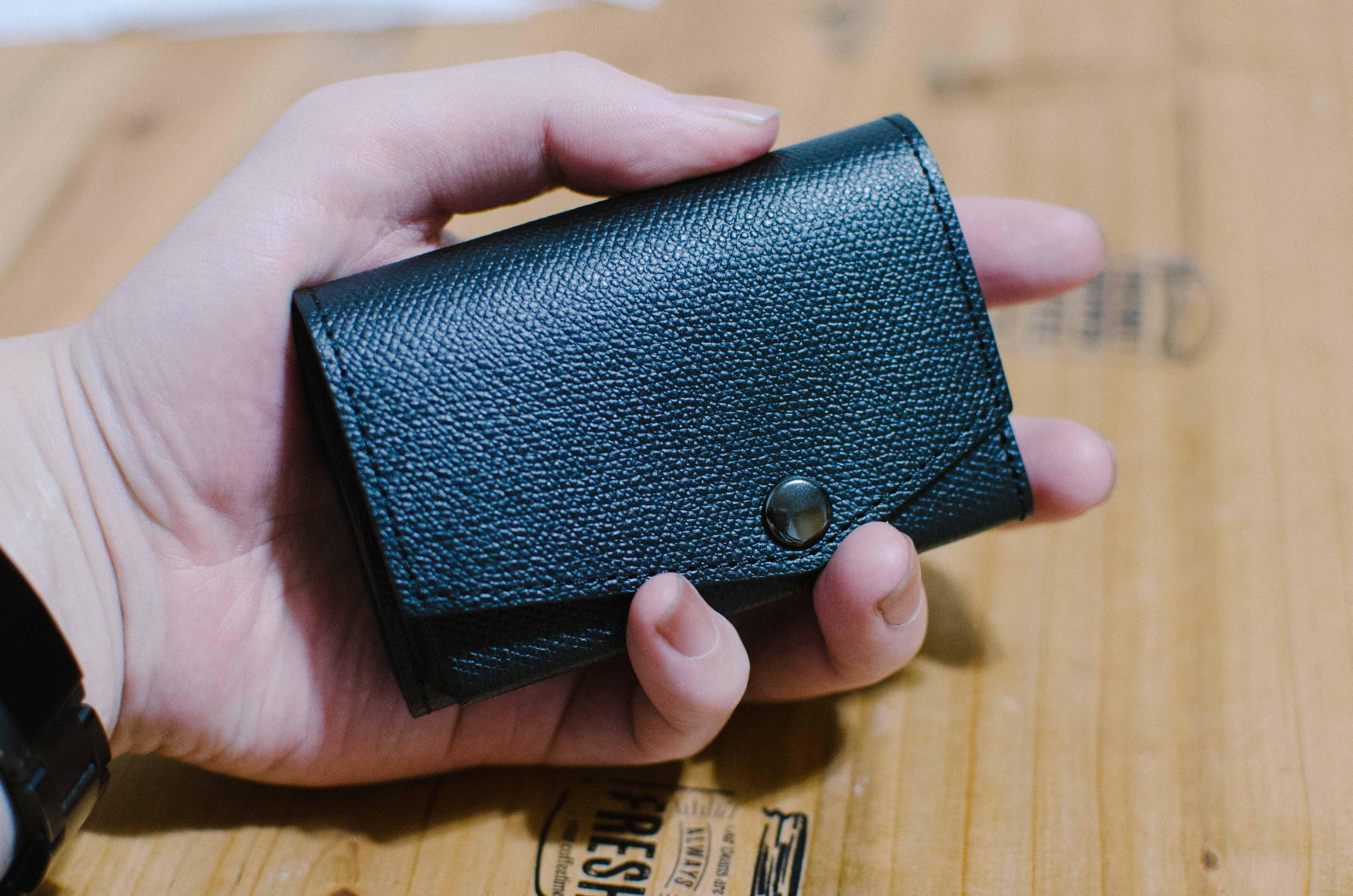 アブラサス小さい財布と手