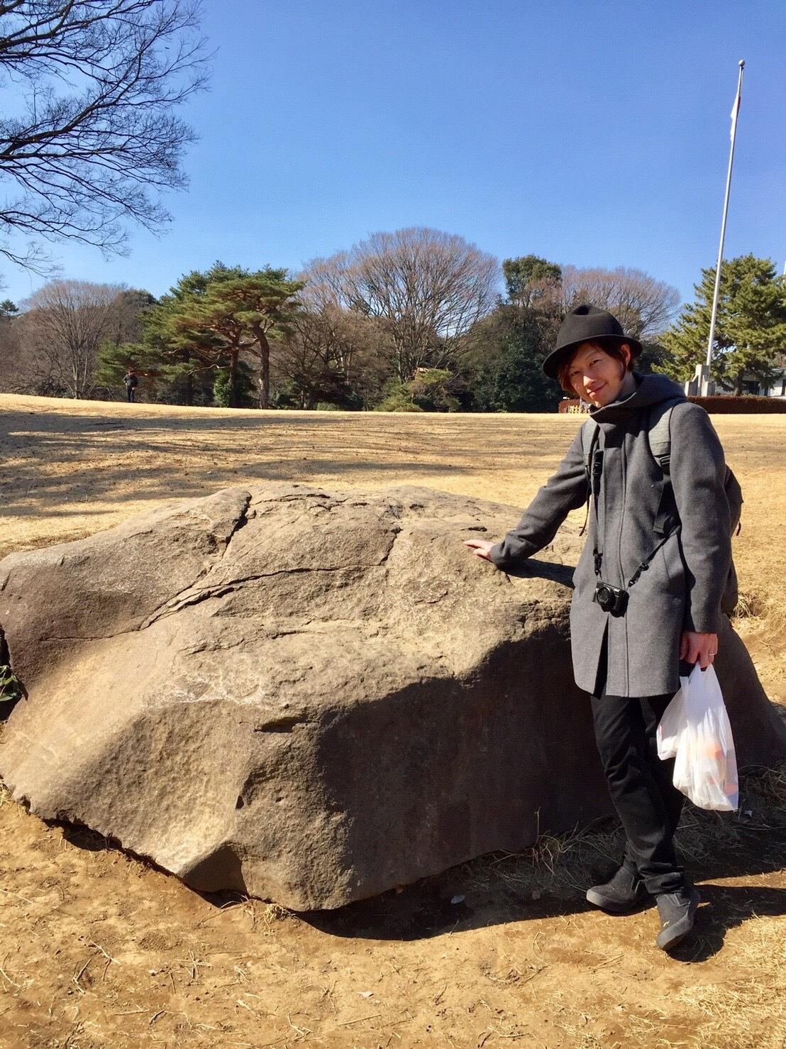 亀石パワーをもらうイイノ