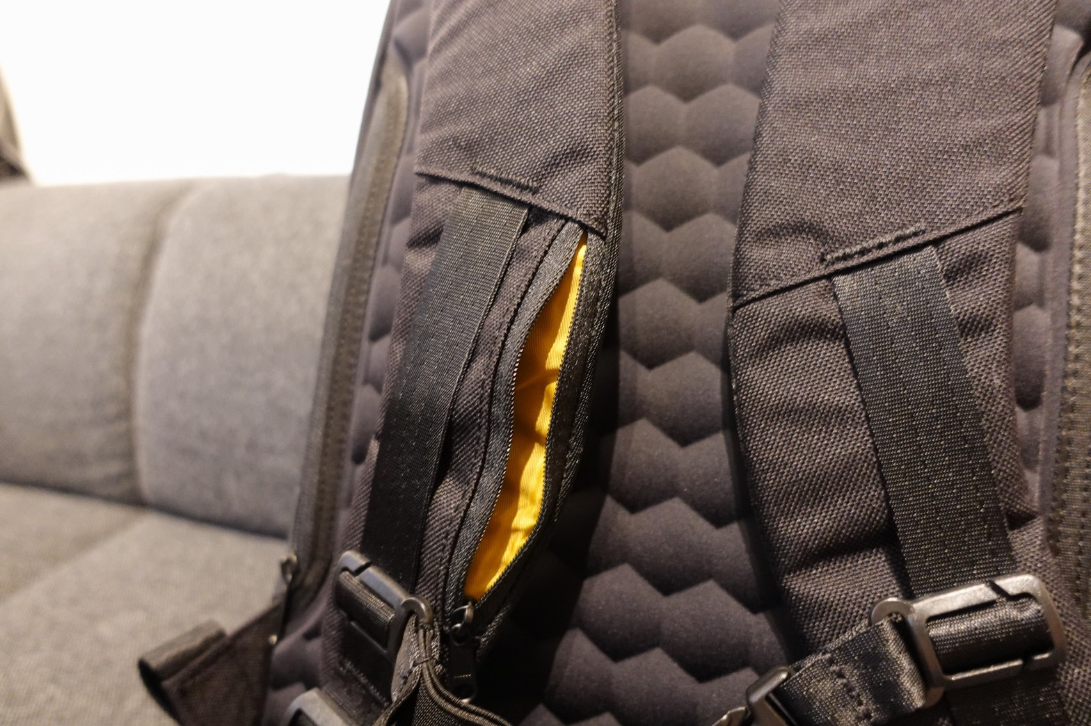 STEM BACKPACK CORDURA COATED BLACK肩パッド収納