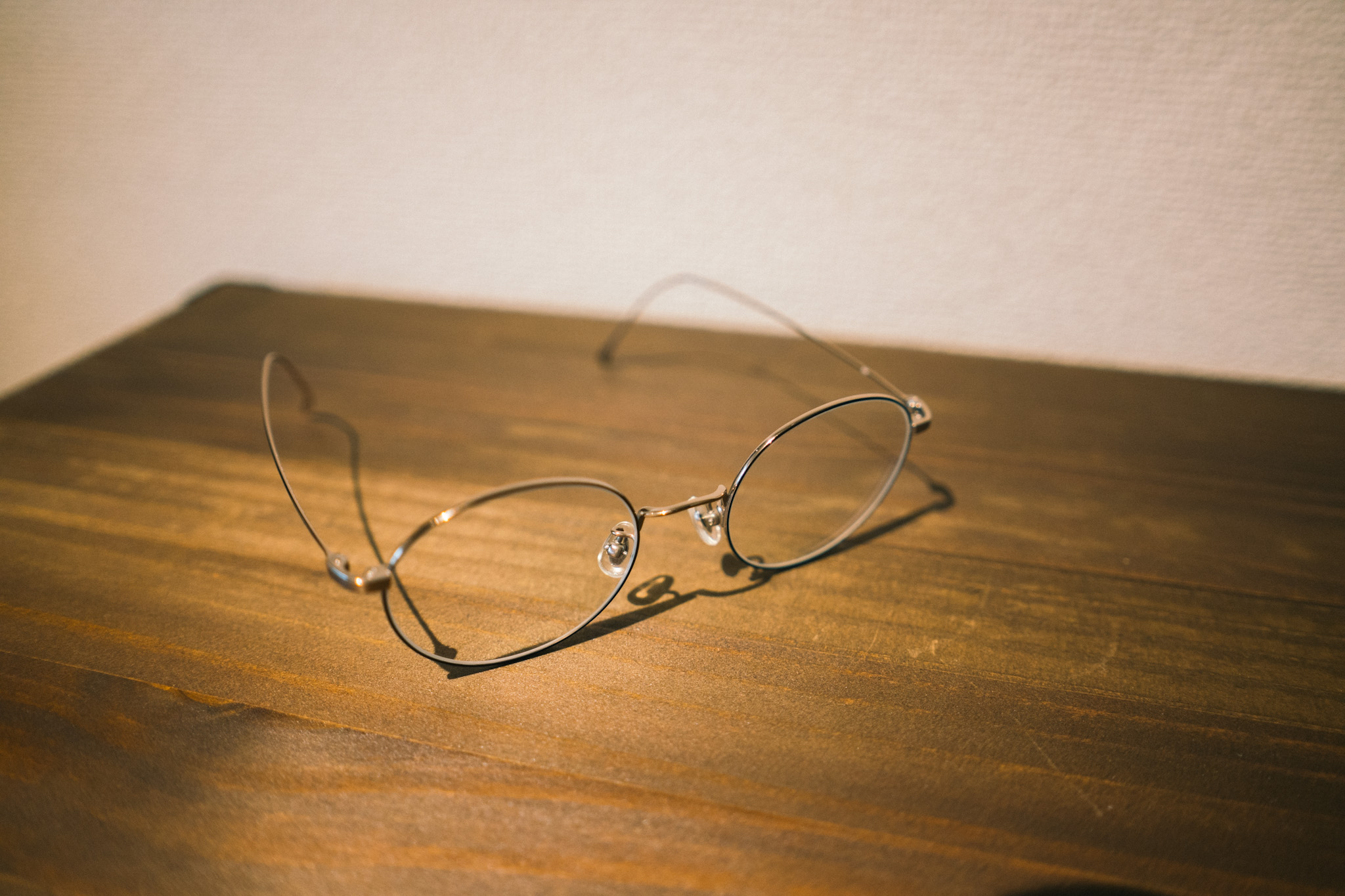 チタンフレームの銀縁メガネ